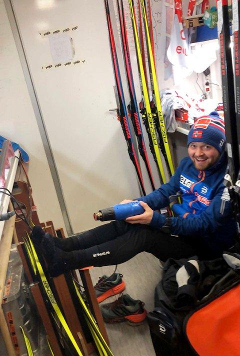 SMØRER: Skismører Jonas Flaat prøver å varme kalde føtter under NM del 1 i Granåsen sist vinter.