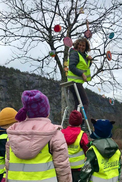 Prydbusk: Mye av pyntet som ble laget i Beverborga havnet i trærne.