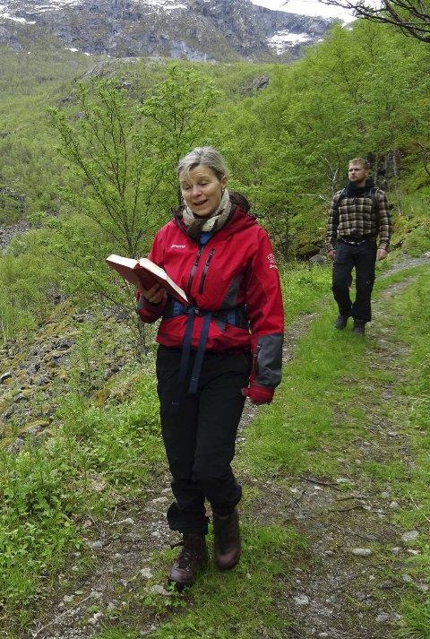 SANG-TUR: Ragne Marie Døble sang salmer fra Riksgränsen til Rombaksbotn- Norge på tvers. Foto: Olaf Døble