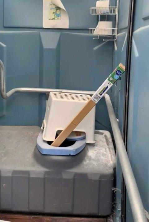 Vågå IL er plaget med at noen ødelegger turstolpene som ble satt opp i sommer. Denne stod i sanitæranlegget ved Dompe i Vågåmo.