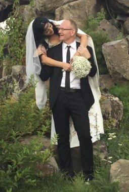 Nygift: Eks-ordfører Kjetil Torp ga Narine Haykanush Harutyyunyan sitt ja i Armenia. Foto: privat