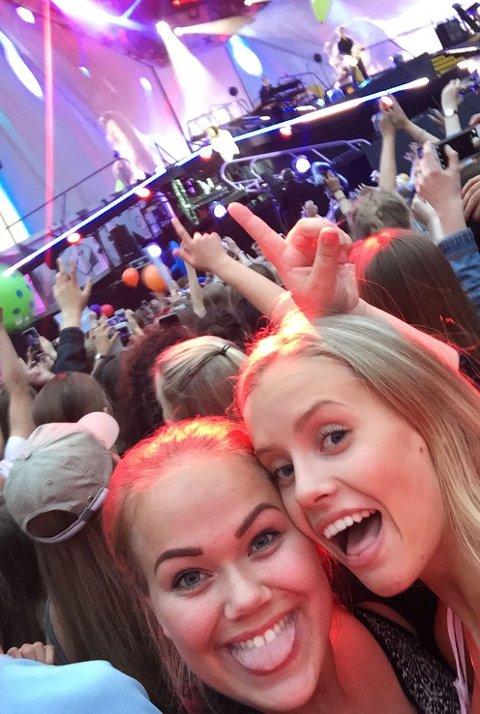 Lykke: Mina Fidjestøl i 2STB ved Rosthaug videregående skole (t.v.) har skrevet en lykkeliste. Her er hun lykkelig sammen med venninnen sin på One Direction-konsert.