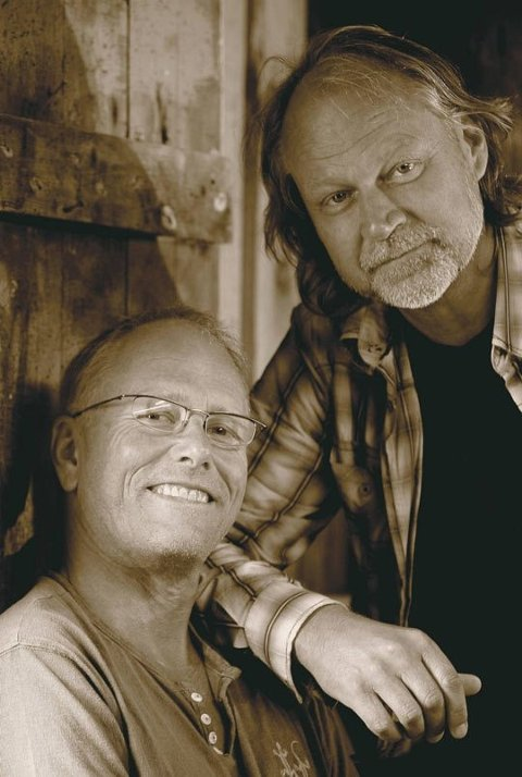 Lars Martin Myhre og Ingvar Hovland inviterer publikum til Kårner Kafe.