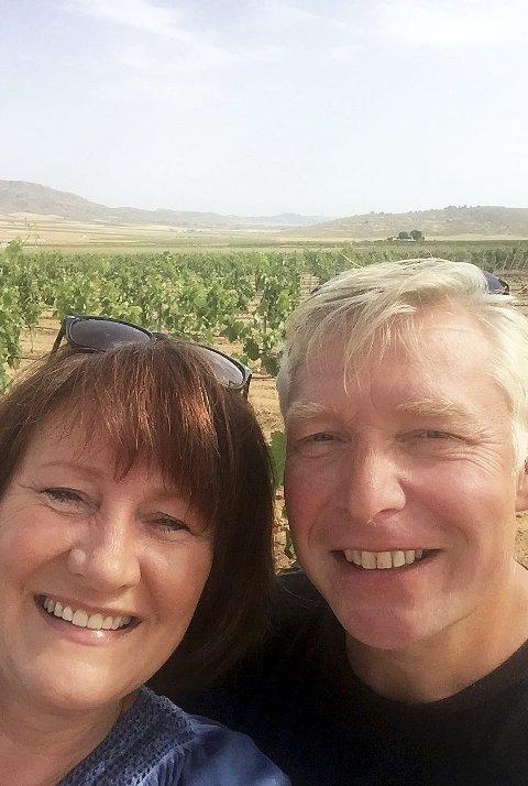 Vindruer: Katherine Hedley Schalde og Harald Schalde mellom druerankene som de kan høste av neste år. Alle foto er private