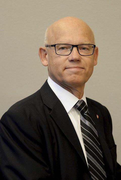 BILLIGERE? Lederen av hovedutvalget for samferdsel og areal, Hans Hilding Hønsvall (KrF) antyder at det kanskje bør bli enda flere bussavganger mellom E18 og Torp. Billigere drosje er også et mulig virkemiddel for å få ned antallet gående på den trafikkfarlige strekningen.