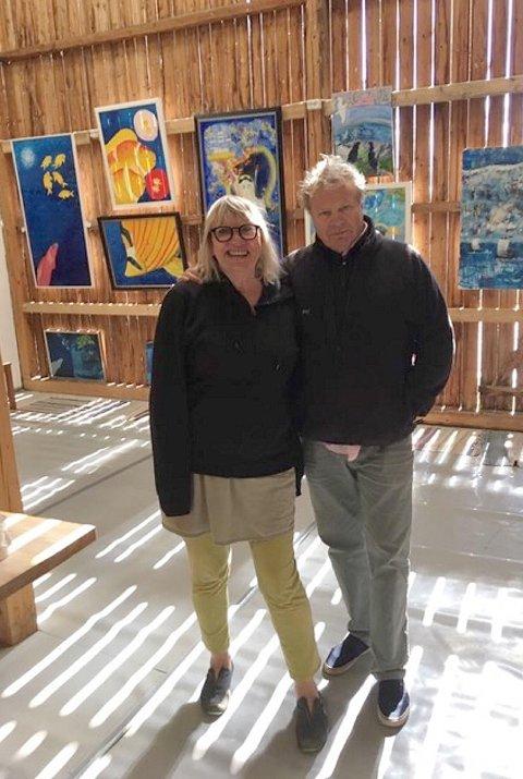 Fjøskunst: Gro Lystad, driver av Galleri Jøtun i Skammestein, sammen med en av årets to utstillere, skuespiller og hytteeier Geir Børresen.