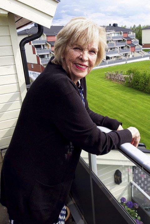 Inger Lisbeth Lehman har fin utsikt fra sin toppleilighet på Mineberget. Her har hun bodd i 12 år. FOTO: Geir Løvli