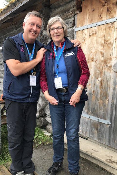 Fornøyd: Anna Brandstad Lien synes det var koselig å bli satt pris på. Her sammen med ordfører i Nord-Fron Rune Støstad.