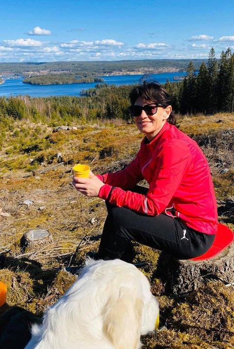 GOD UTSIKT: –  Utsikten over Rømsjøen er ikke å forakte, når en først er hjemme i påsken, sier rømsjingen Turid Dahlum Nilsen.