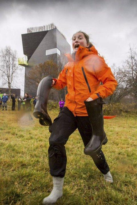 IVRIG: Pernille tok støvlene i bruk under vannbærekonkuransen.