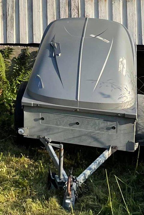 STJÅLET: Tilhengeren og diverse verktøy, samt et solcelleanlegg, har blitt stjålet fra en gård på Rugtvedt i Bamble.