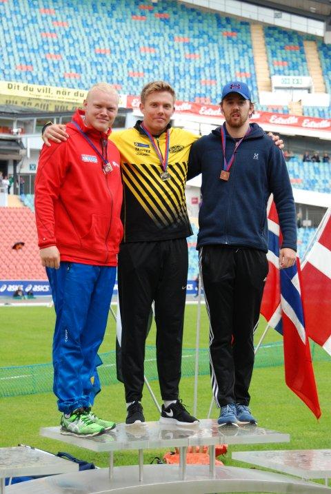 DISKOSPALLEN: Ola Stunes Isene flankert av de sølv- og bronsemedaljørene.