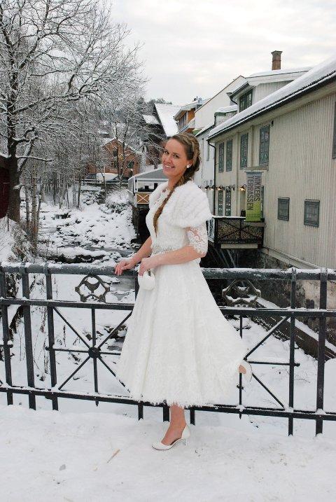 VORDENDE BRUD: Elisabeth Rud i en drøm av en 50-tallsinspirert brudekjole fra San Patrick, med pelscape fra By Kris, sko fra Rainbow (som kan farges i alle farger) og veske, smykker og hårpynt fra Lilly og Les Accessoires.