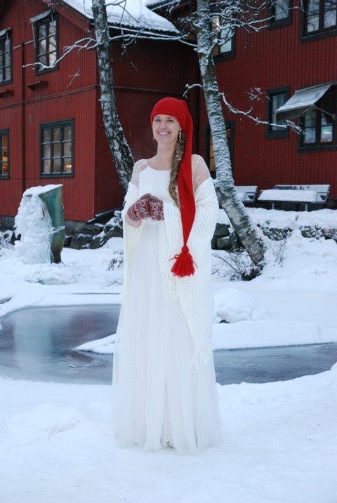 Vinterbruden kan tillate seg litt mer. Elisabeth Rud i kjole fra Sandoni - med rød nisselue og bladvotter, og sjal fra Poirier.
