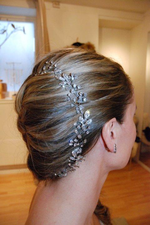 Med en lang flette på den ene siden, blir det plass til et hårsmykke fra Lilly og Les Accessoires.