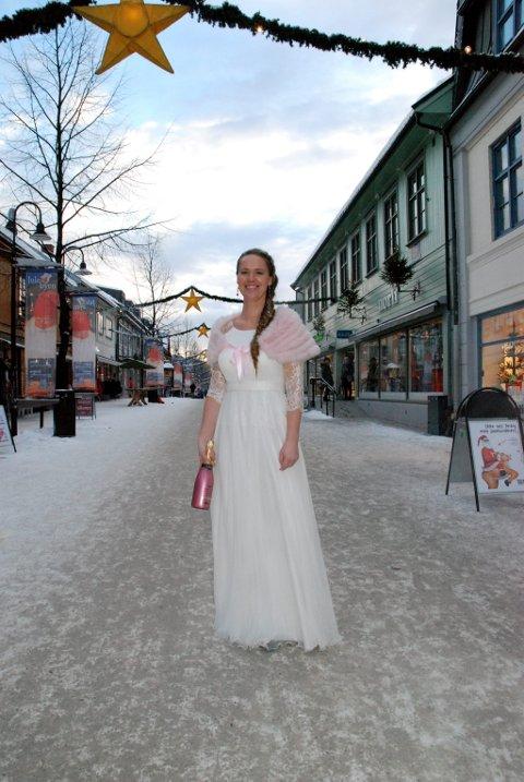 Elisabeth Rud med rosa cape fra By Kris - og rosa sjampanje.