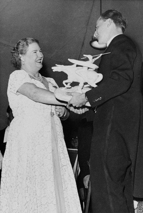 GAVE: Mogens Benthin overrekker gave til Kirsten Flagstad på hennes avskjedskonsert i Nationalthearet i Oslo 12. desember 1953.
