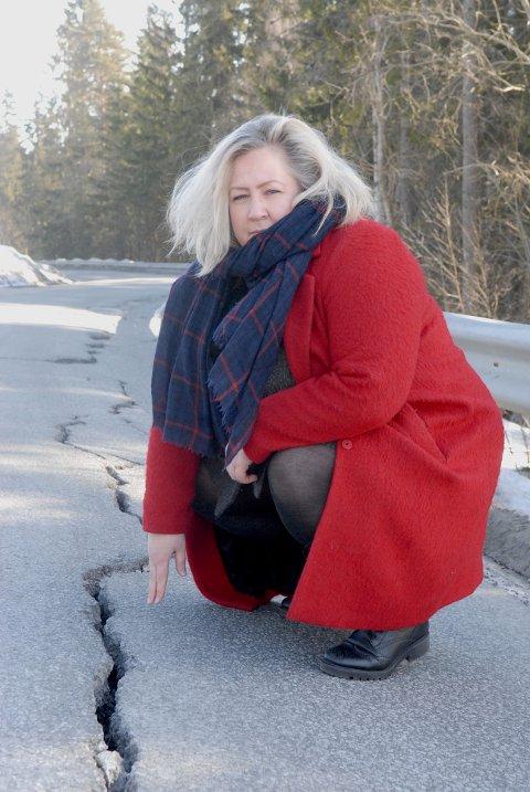 – Denne veien har aldri vært så ille noen gang, sier Heidi Westbye Nyhus.