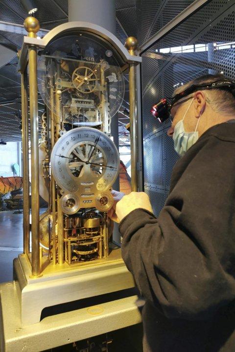 Urmakermester Erik Ødegaard i ferd med å ta uret fra hverandre på Inspiria Science Center, før transport til Borgarsyssel Museum i 2021. Foto: Line Kjølberg.