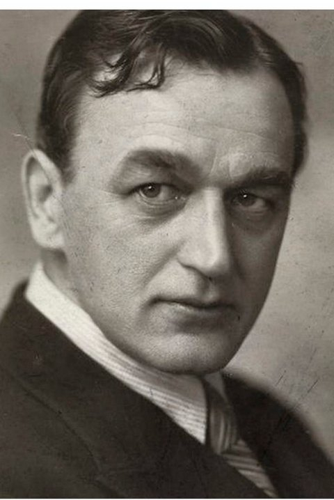 Forfatter: Arne Svendsen var i 1917 etablert teaterskribent i Fredrikstad. Senere ble han en av landets store teater- og revyforfattere, ikke minst for sine bidrag til Chat Noir.