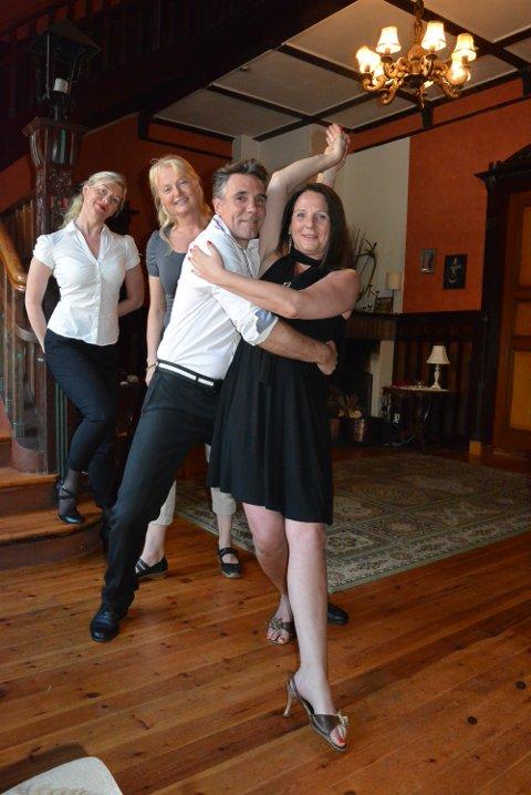 BYR OPP TIL DANS: Christer Stenstrøm og Mona Baekken tar en liten dans for fotografen.  Hilde Rustad (bak t.v.) og Anne Kloster Bjørge håper haldenserne slipper seg løs og blir med på kurs. – Det blir ikke mer sensuelt enn man gjør det til selv, sier de.