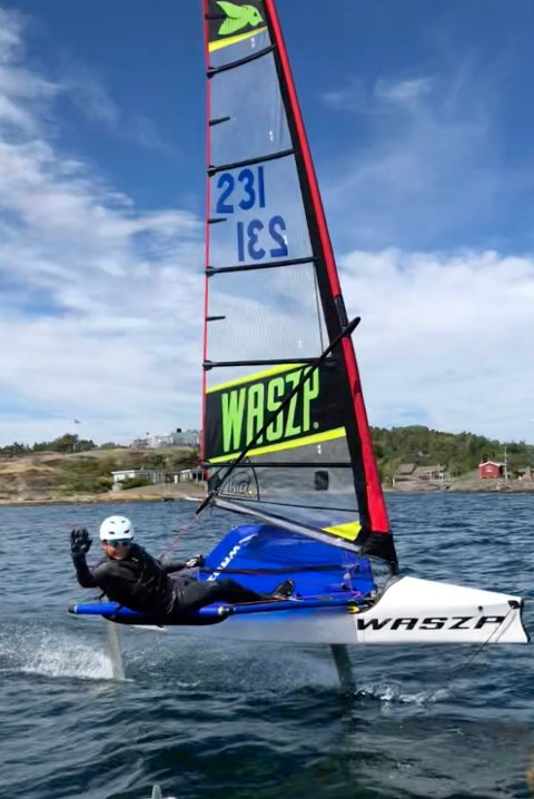 """I ACTION: Om hastigheten er høy nok letter båten fra vannet og """"flyr"""" bortover."""