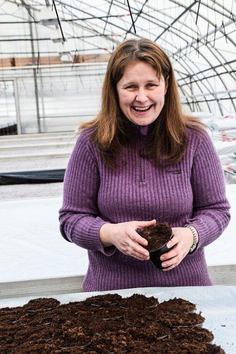 KLARGJØR FOR VÅR: Populære Monika Hammersmark er effektiv i det store drivhuset på Ualand, der kundene pleier å komme strømmende så fort det er håp om frostfritt.