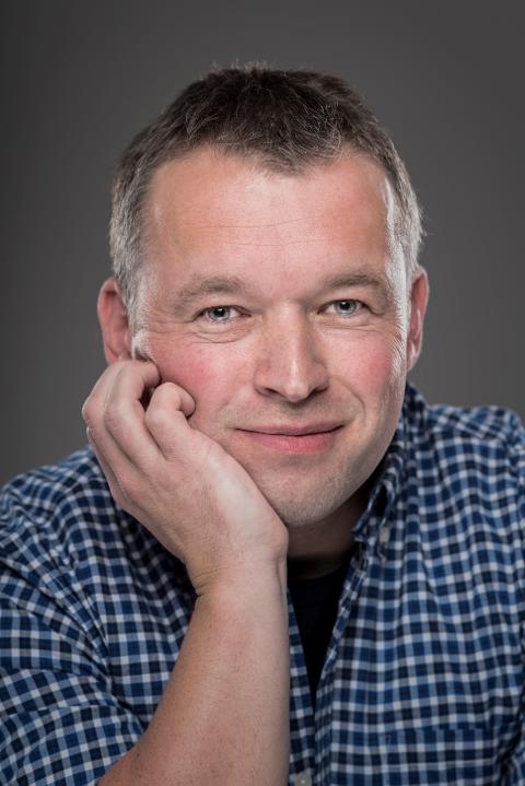 ABSURD HUMOR: Forfattaren Arnfinn Kolerud skriv med absurd humor om «nynorsk undergangshistorie». Onsdag kjem han til Manger. Foto: Per Eide, Samlaget