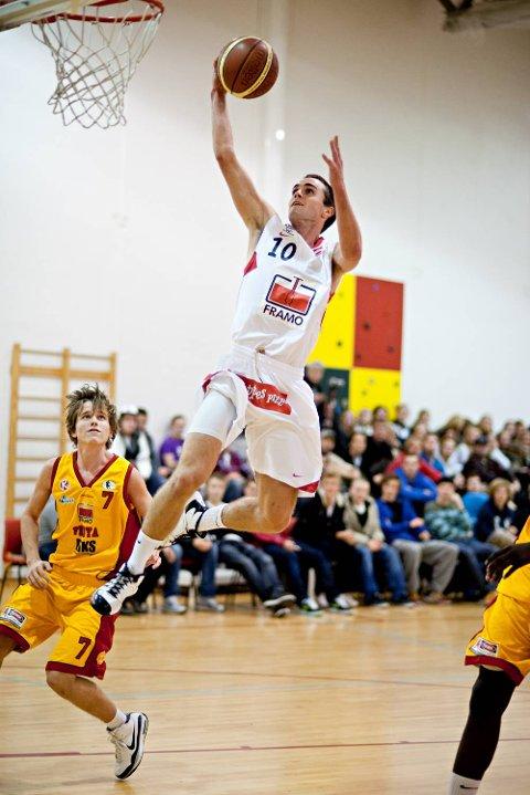 Brede Raa Elligsen for Gimle, der han fortsatt spiller. På begge sider av familien er det basketspillere på toppnivå.