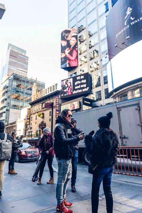 FRIERI: Her frir Per Fredrik Åsly til Stina Bakken, midt på Times Square i New York.