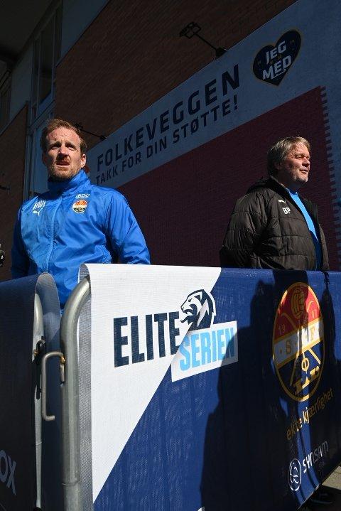 PRATET MED PRESSEN: SIF-trenerne Håkon Wibe-Lund (t.v.) og Bjørn Petter Ingebretsen pratet med pressen utenfor Marienlyst etter 1-0-seieren over Sandefjord mandag.