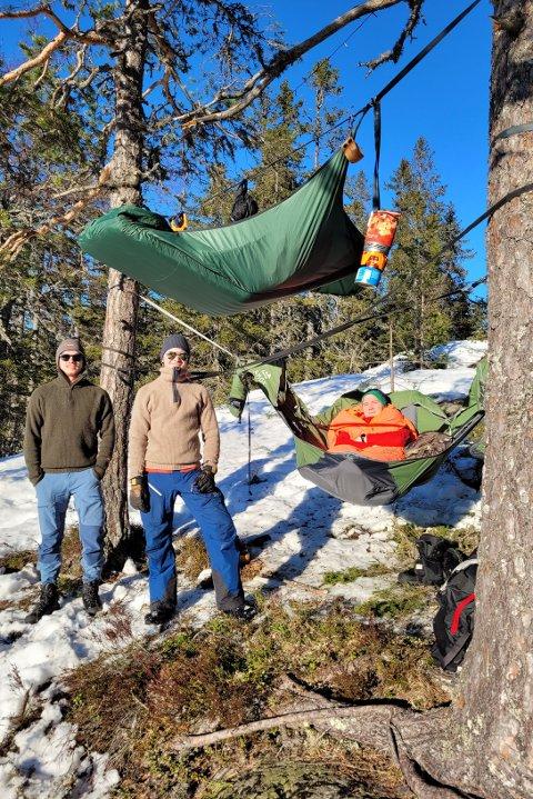 VINTERFERIE: Marius Trinterud (t.v.), John Andre Langkaas og Brage Ring Strandberg hadde laget «vinterferiecamp» og overnattet under åpen himmel på Snaukollen.