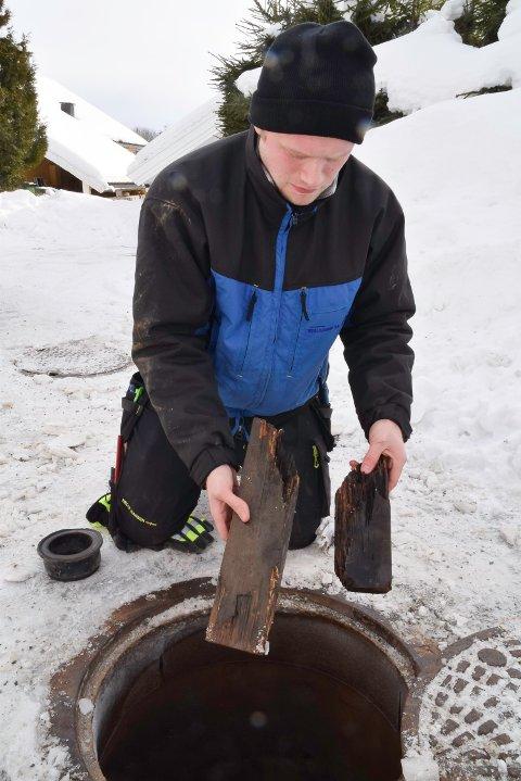 André Fristad med årsaken: Råtne plankebiter.