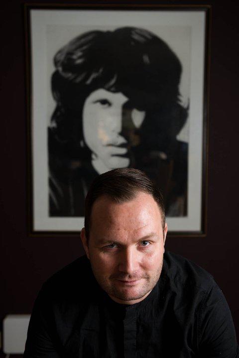 «The Doors» vokalist Jim Morrison var lenge ein som Håvard såg opp til og identifiserte seg med. Morrison døydde bare 27 år gammal. Bildet bak han er ei teikning han laga i skuleoppgåve.
