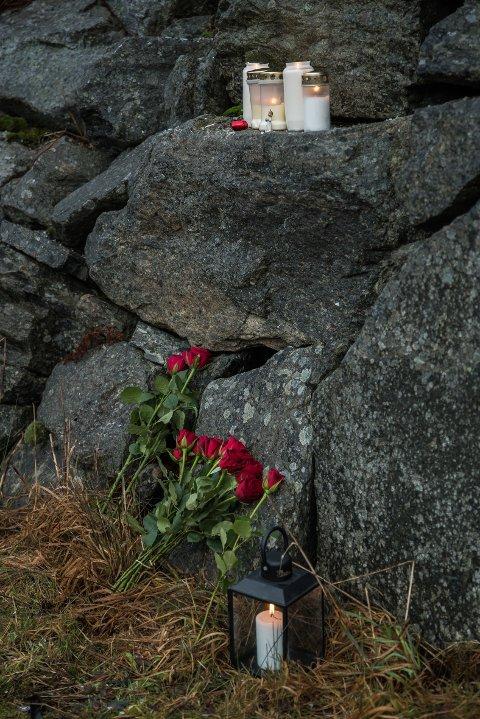 ULYKKESSTAD: Blomar er lagt ned på ulykkestaden, der Anne Elise Sæthre (63) og Marit Johanne Røed Sundal (57) omkom etter ei påkøyrsle torsdag kveld.