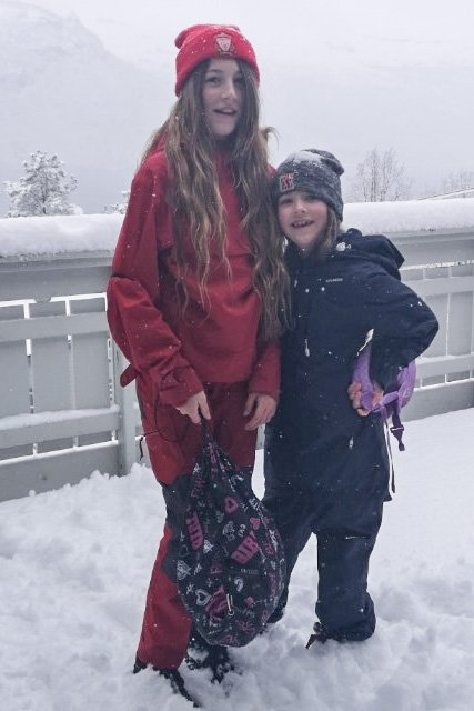 UTSETT: Johanna Louise  Akse (12) fekk ikkje møte att venene sine på skulen. For skulebussen hadde sommardekk. Her saman med systra Ronja (7) Akse.