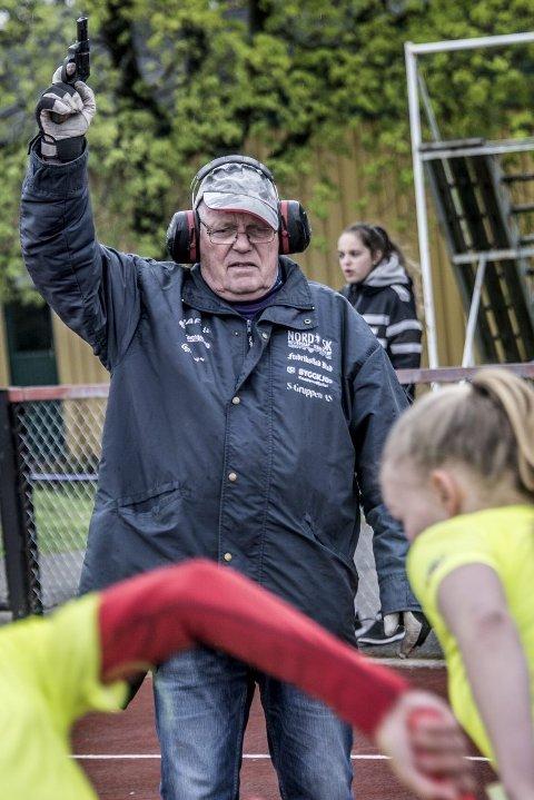 Klar, ferdig – pang! FIFs Johan Skjulhaug med startpistolen – som skvatt løperne i gang.