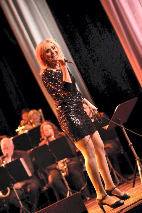 Arkivfoto av Lise Haavik på scenen i Narvik i 2015.