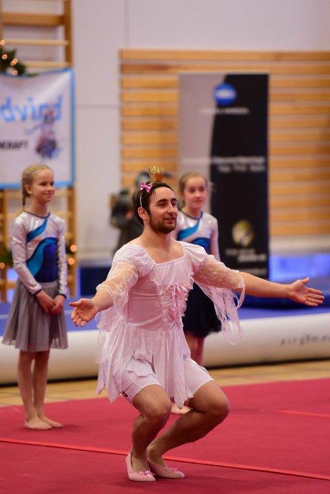 At  trener for jenter troppsturn Johan G.Lilja(20) deltok med eget show sammen med jentene vakte stor begeistring