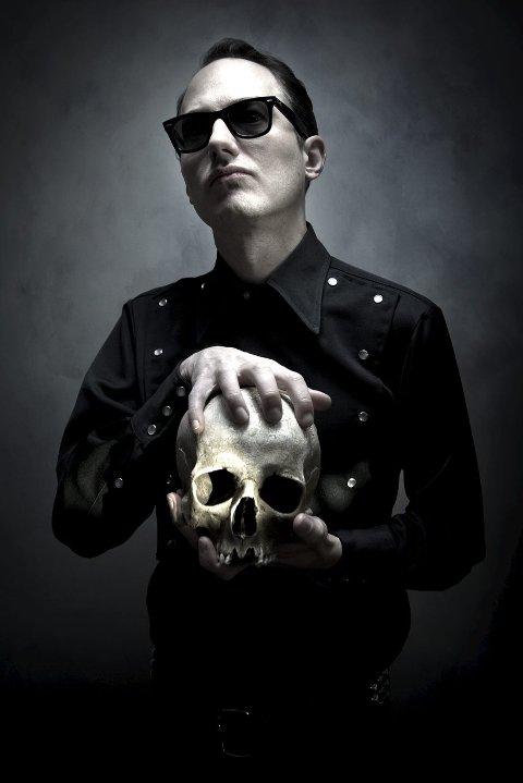 MELANKOLSK: Ta vekk hodeskallen, så har du Rob Coffinshaker og dødelig fløyelsmyk country fra Värmland.FOTO:  lUKASZ jASZAK