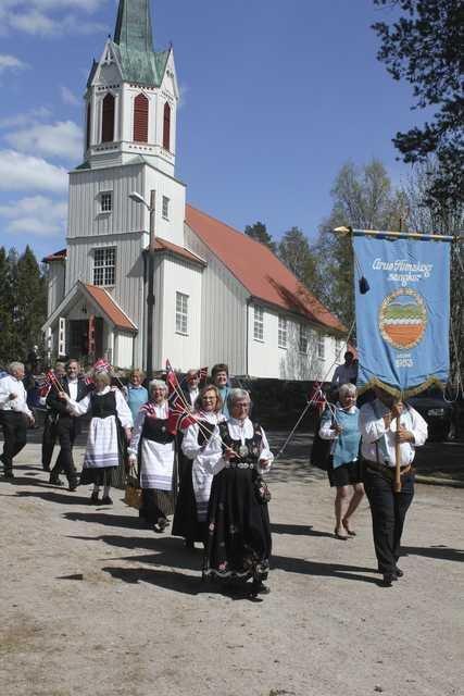 FLYTTER TOGET: Grue Finnskog har alltid hatt sitt eget 17. mai-tog med god oppslutning. I år blir det båttog på Røgden. Dette bildet er ifra 2019-feiringen.