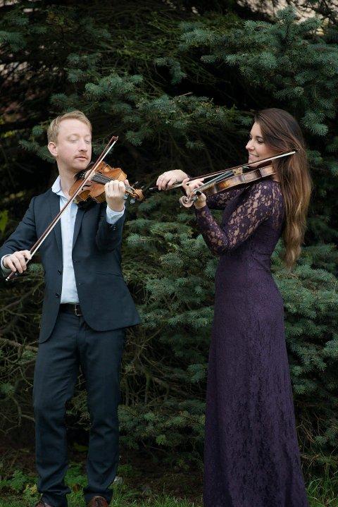 FOLKELIG JUL: Musikerne Øyvind Smidt og Marie Klåpbakken på juleturne i Lillehammer og Gudbrandsdalen.