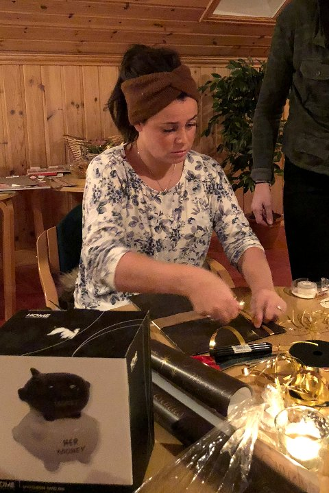 KONSENTRERT: Linn Therese Molund Opsahl bruker nyervervet kunnskap og lager lekre julepakker.