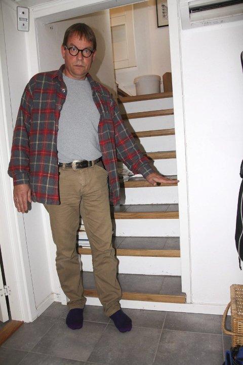 NY KJELLER FIRE GANGER: Her viser Johan Spørck Thoresen fram hvor høyt kloakken sto sist gang han måtte totalrenovere.