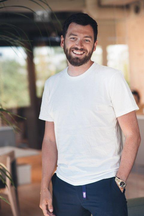 Tony Andŕé Næss (35) fra Halden er en av personene bak suksess-merkevaren MYYK- som selger sengetøy og håndklær.
