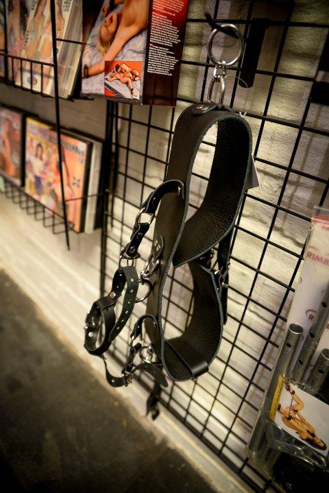 Den erotiske butikken Oss I Mellom i Hamar klamrer seg fast og har økt kundemassen etter å ha flyttet FRA gågata.