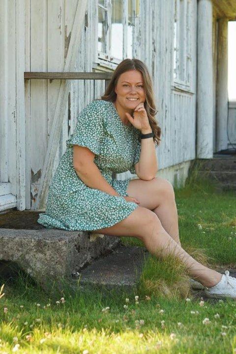 Bildet er tatt på trappa til mormor på morfar på Rømskog. – Jeg var mye hos dem da jeg var liten, så jeg syntes det var fint å ta bilde til hjemmesida mi her, sier Helene Dalheim Sand. Familien flyttet til bygda da Helene var seks år gammel, men nå er hun tilbake i kommunesenteret.