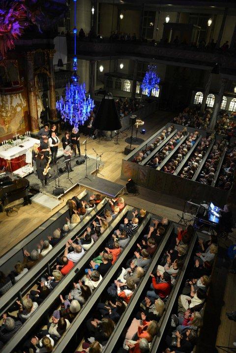 KONSERT: Vi får nok ikke sitte så tett som dette, under en konsert i kirken før pandemien. Men tirsdag starter årets konsertsesong i Kongsberg kirke med en fredskonsert.
