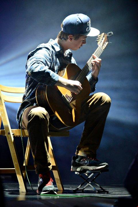 Den unge gitaristen har vært aktiv i en årrekke. Her fra UKM 2013 på Kongsberg kino.