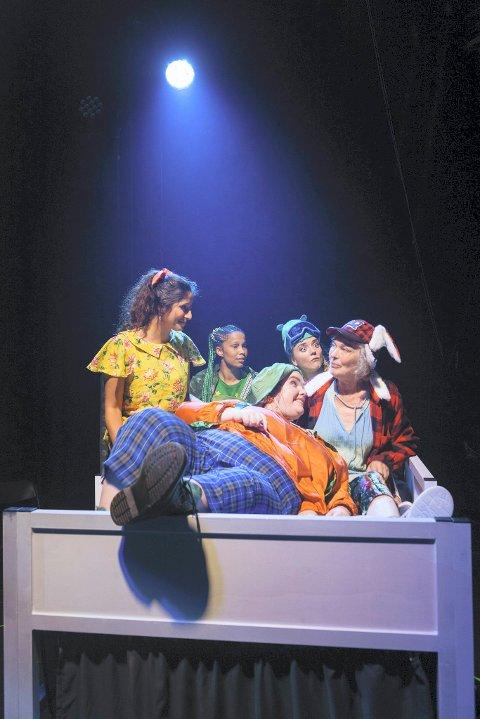 ALLE FEM: Peter Pan og de andre skuespillerne er klare for turne i Buskerud.